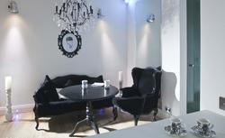 Biały salon. 9 pomysłów na ciepłą i zimną biel w salonie