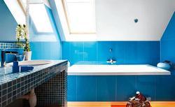 Aranżacja łazienki na poddaszu - najważniejsze zasady projektowania przestrzeni pod skosami