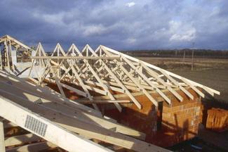 Więźba dachowa prefabrykowana: montaż wiązarów dachowych