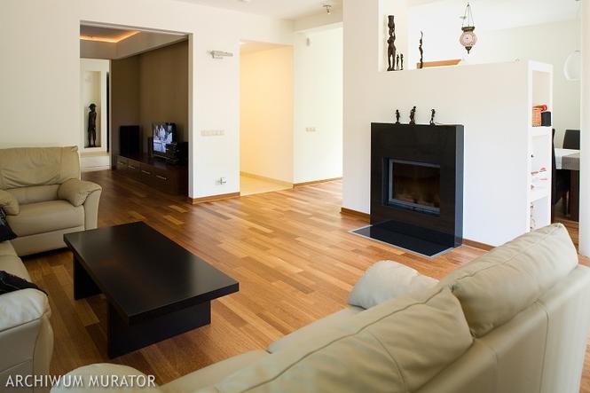 Salon z podłogą z drewna kempas