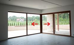Ściana ze szkła między salonem a tarasem. Drzwi balkonowe jak przeszklona ściana