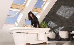 Wygodna łazienka na poddaszu - 7 projektów, jak urządzić łazienkę pod skosami