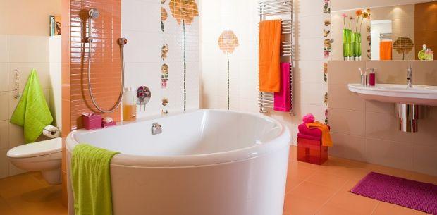 Pomarańczowa łazienka z kwiatowymi motywami