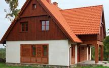 Pierwsze piętro w konstrukcji drewnianej. Drewniana nadbudówka na murowanych ścianach parteru