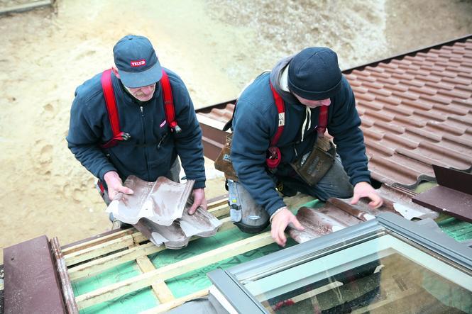 Układanie dachówek pod oknem