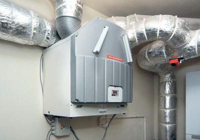 Wskaźnik energii pierwotnej po 2020: wentylacja z odzyskiem ciepła i kocioł na biomasę