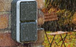 Jak zabezpieczyć instalację elektryczną na zewnątrz budynku przed wilgocią?