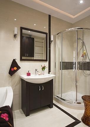 Białe płytki w łazience w ciepłym odcieniu