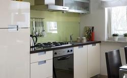 Montaż szkła nad blatem w kuchni. 3 sposoby na modne wykończenie ściany
