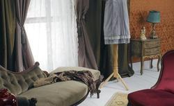 Jak udekorować ściany w klasycznym salonie? Tkaniny czy tapety?