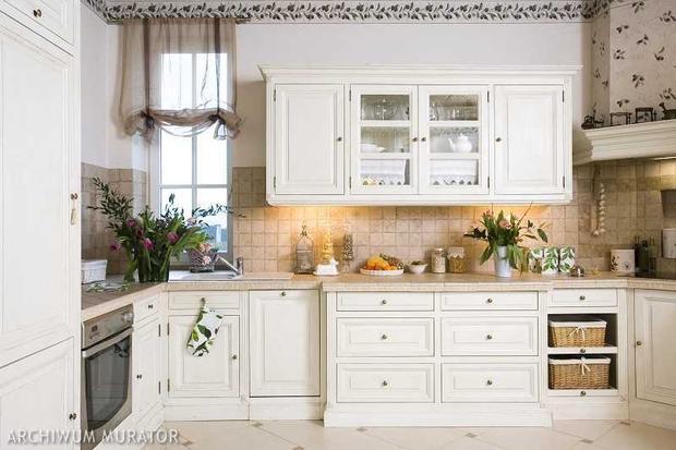 Kuchnia prowansalska Aranżacja kuchni, w której królują białe meble kuchenne   -> Kuchnia Prowansalska Krzesla